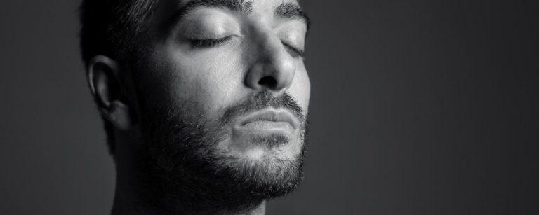 Man die zijn ogen dichtheeft en rust uitstraalt