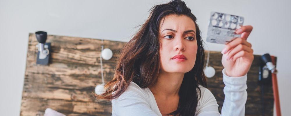 Vrouw leest over de bijwerkingen op de bijsluiter van Sertraline