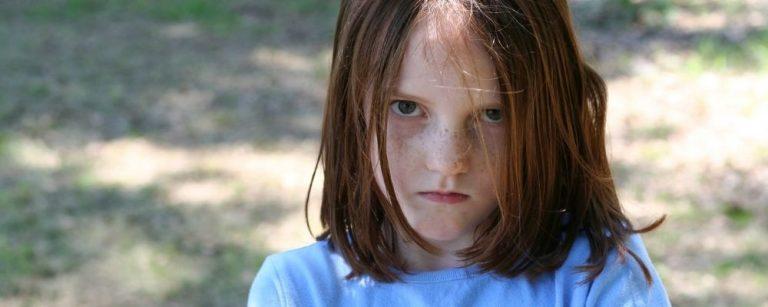 Hoogsensitief kind dat boos kijkt