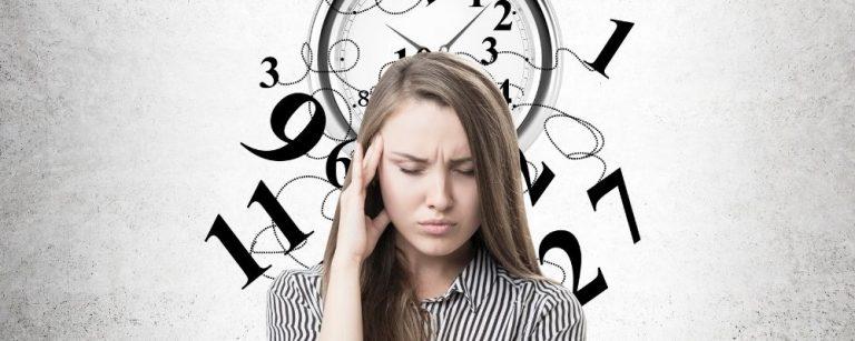 Vrouw met stress en hand tegen slaap en kapotte klok achter haar