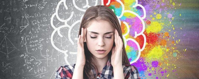Vrouw met handen op slaap, hersenen op achtergrond