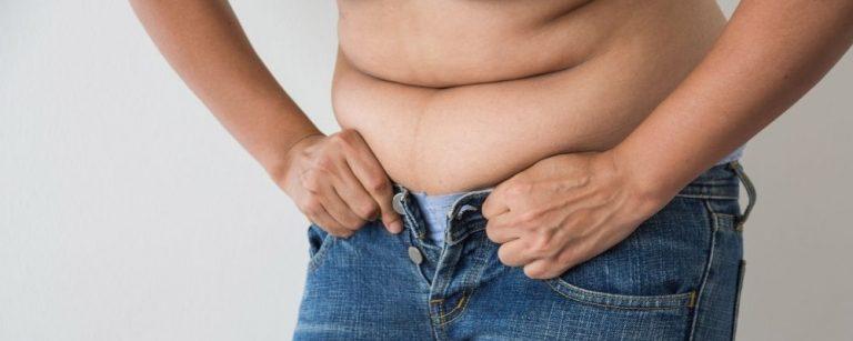 Vrouw krijgt broek niet dicht door overgewicht