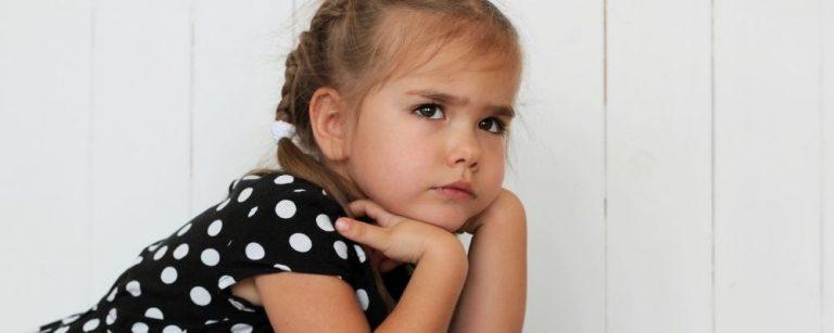 Meisje kijkt boos