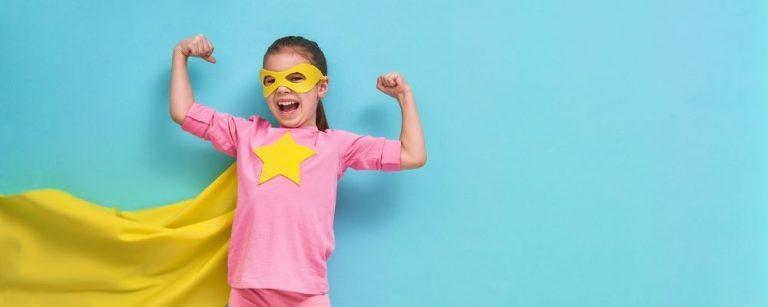 Kind met cape en superheld pose