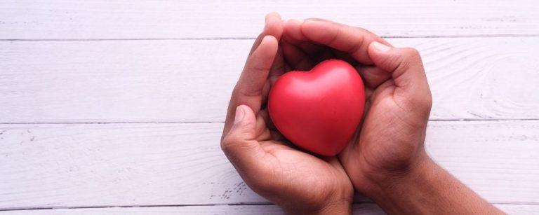 Handen die een hartje vasthouden