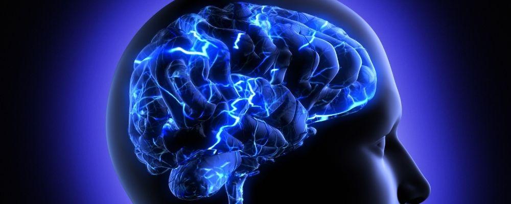 Hersenen met bliksem erin die hersentrauma voorstellen