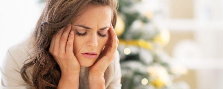 Vrouw houdt hoofd vast door stress