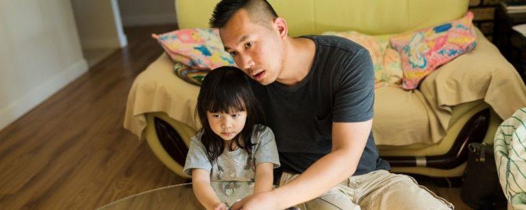 Vader en dochter kijken samen vooruit