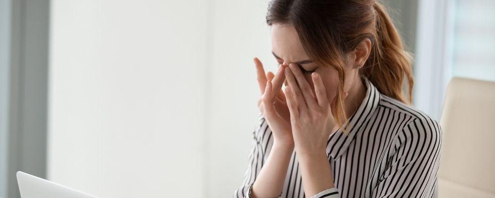 Vrouw met haar handen tegen haar ogen door bijwerkingen van Diazepam