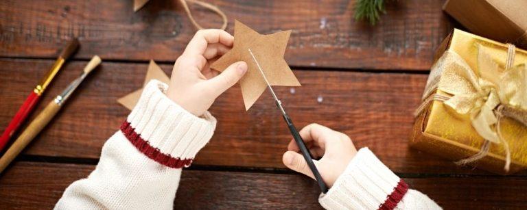 Kind knipt een ster uit karton