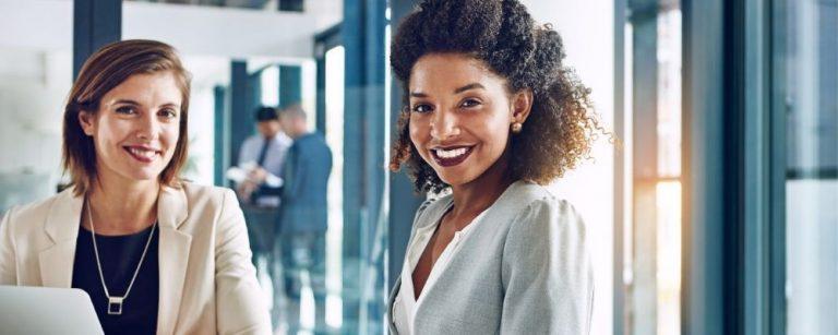 Lachende vrouw aan het werk