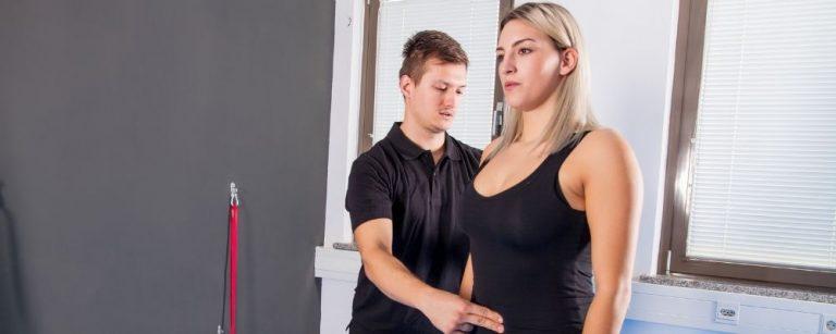 Man legt vingers op de buik van een vrouw om te helpen met haar hyperventilatie