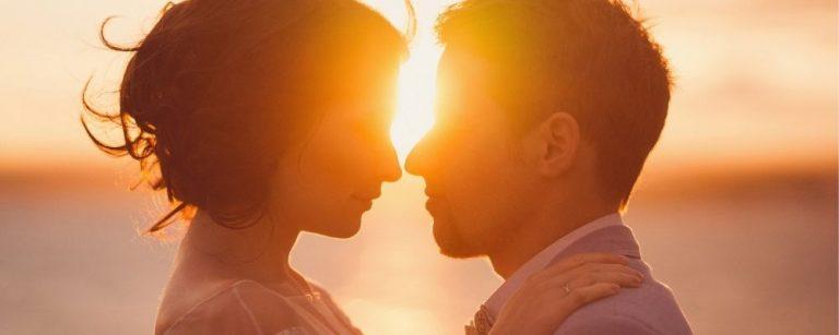 Twee personen verliefd dicht bij elkaar