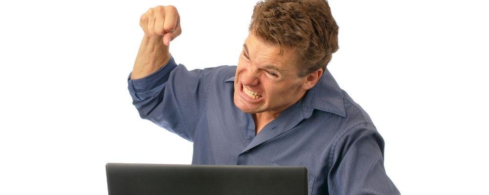 Man met woedeaanval wil met vuist op laptop slaan