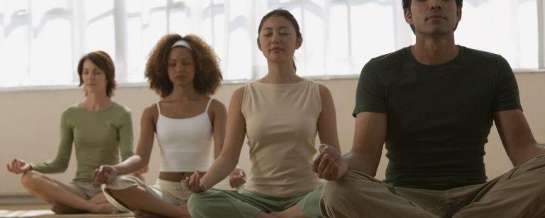 Groep mensen die samen mediteren