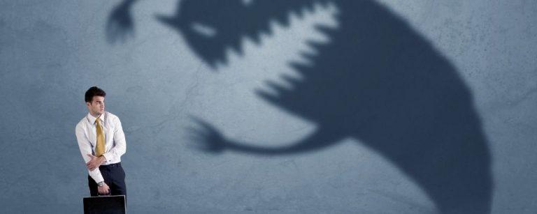 Man met angst voor een groot schaduwmonster