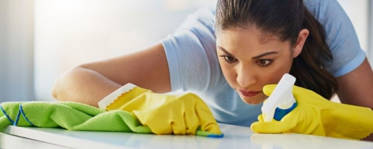 Vrouw poetst ieder klein vlekje perfectionistisch weg