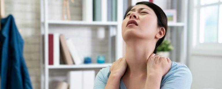 Vrouw met erge pijn in haar nek