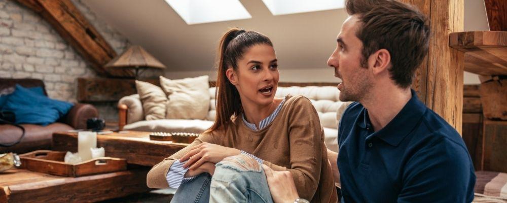 Vrouw en man praten over hun kort lontje