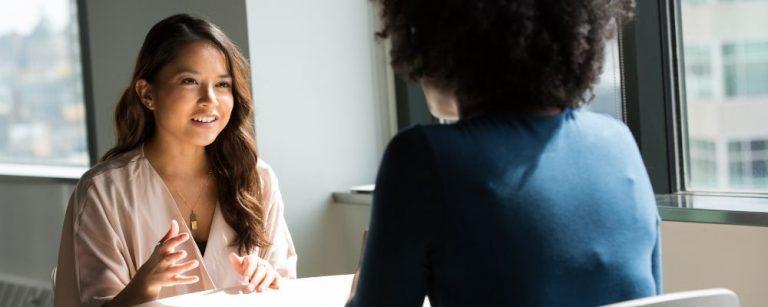 Twee vrouwen praten samen over overspannenheid