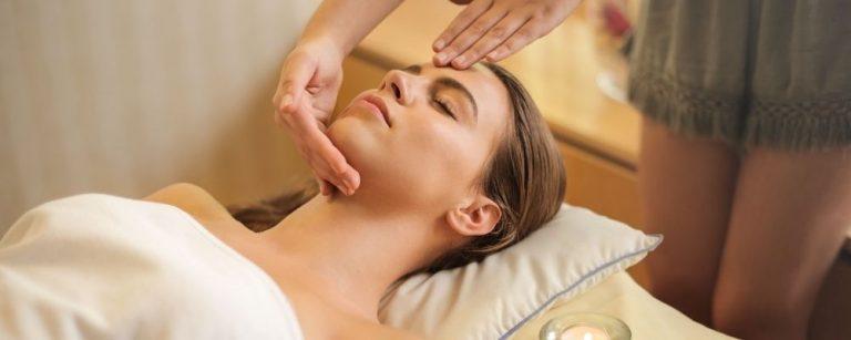 Vrouw die een massage krijgt bij de wellness spa
