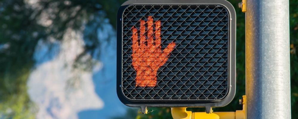 Stoplicht met een rode hand