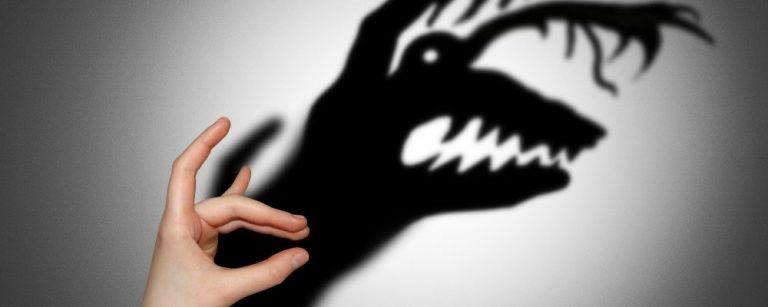 Schaduw van een hand die een monster is