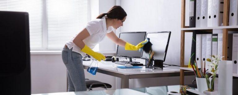 Vrouw die haar huis aan het schoonmaken is