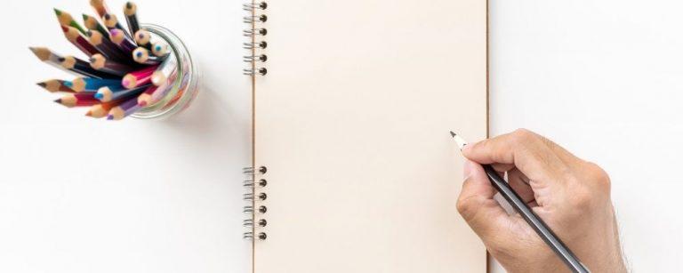 Een hand met een pen die schrijft