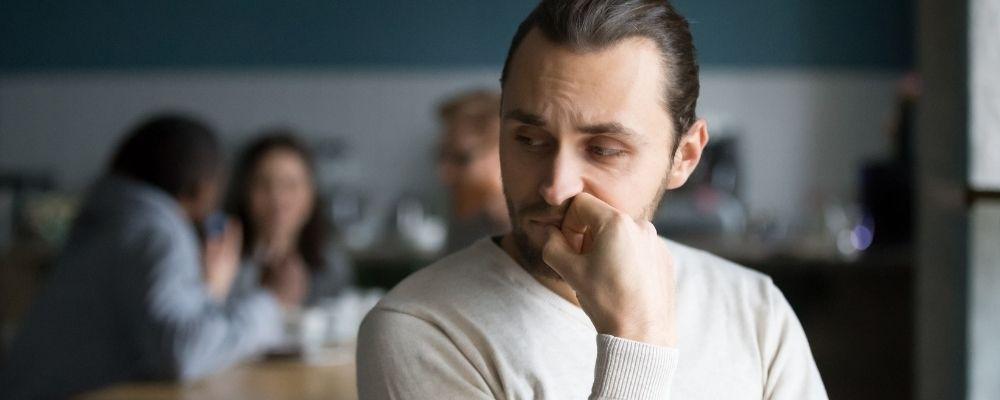 Man met angst om met mensen te praten