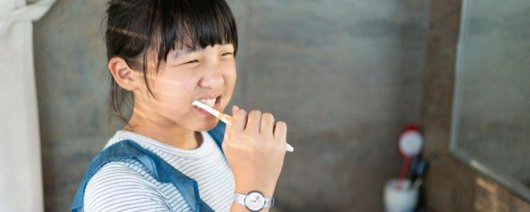 Meisje die haar tanden poetst als vaste routine
