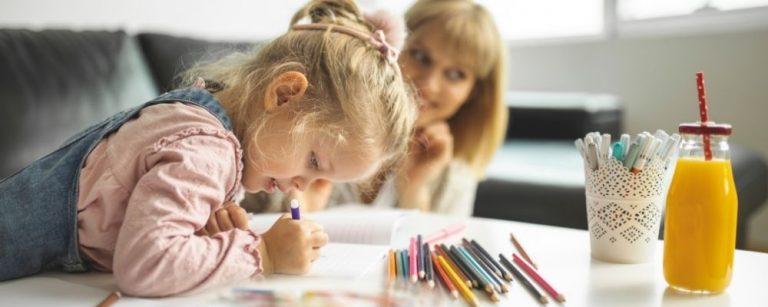 Kind dat hjeel gefocust aan het tekenen is