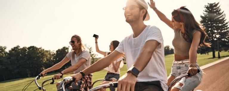 Groep vrienden samen aan het fietsen tegen werkstress