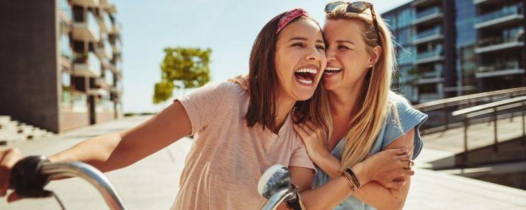 Twee vrouwen die samen lachen