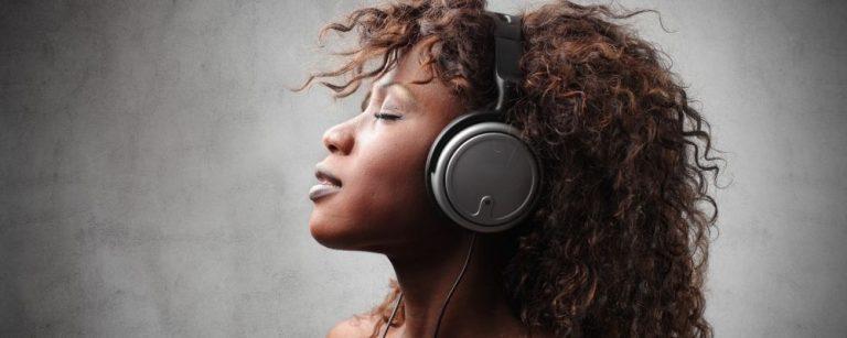 Vrouw met koptelefoon luistert naar muziek die haar ontspant