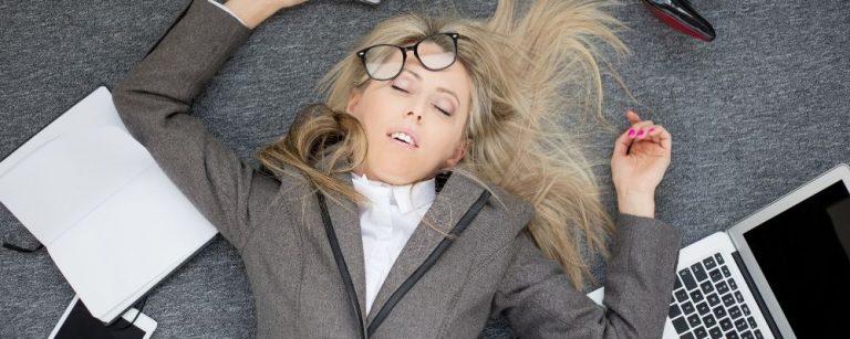 Werkende vrouw die op de grond is gevallen door chronische stress