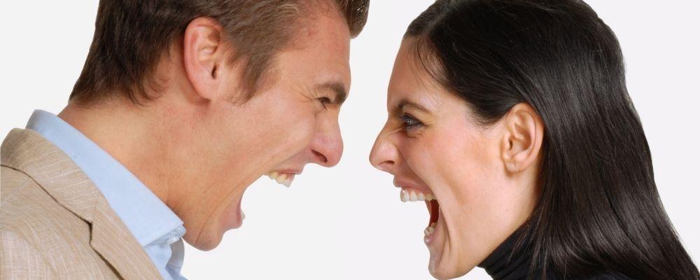 Man en vrouw schreeuwen woedend naar elkaar