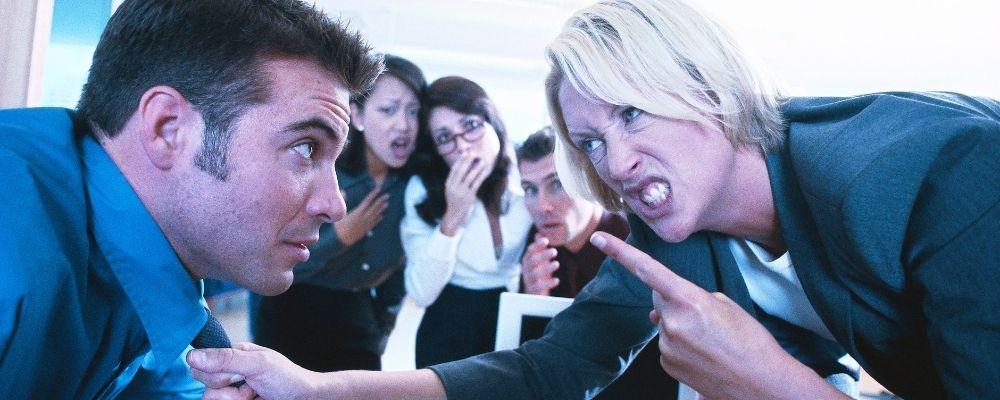 Vrouw met woedeaanval op het werk
