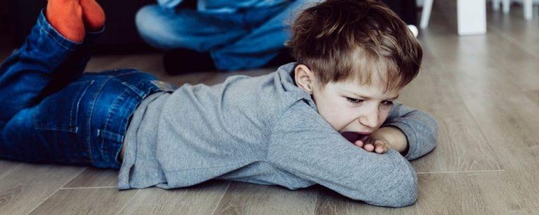 Kind ligt op de grond en schreeuwt