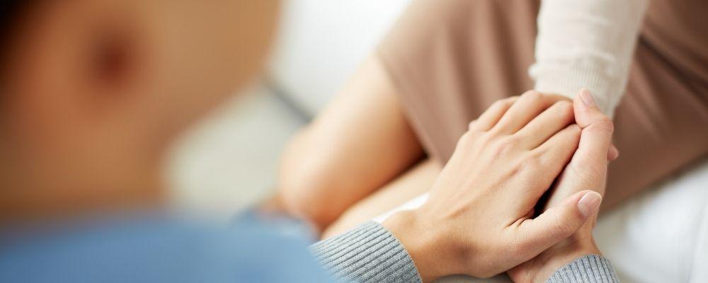 Twee handen houden elkaar vast en helpen elkaar