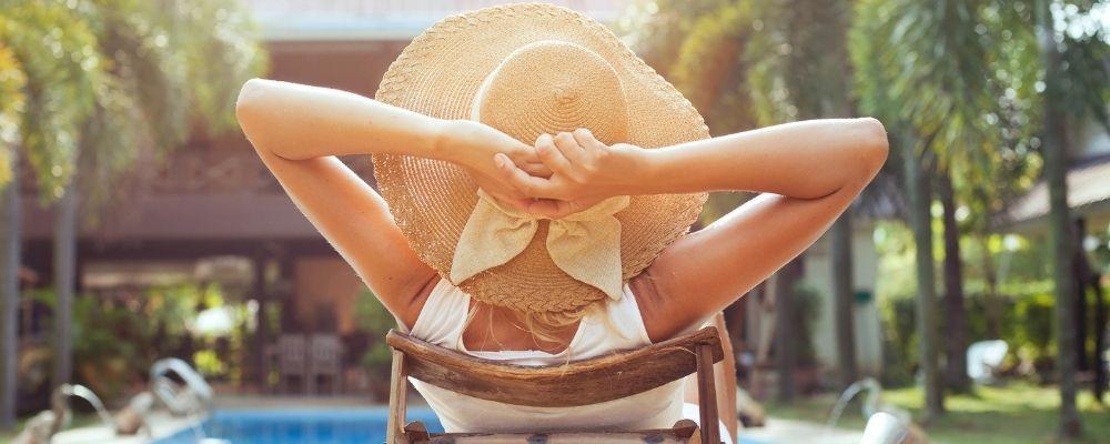 Vrouw relaxt op vakantie om niet overwerkt te worden