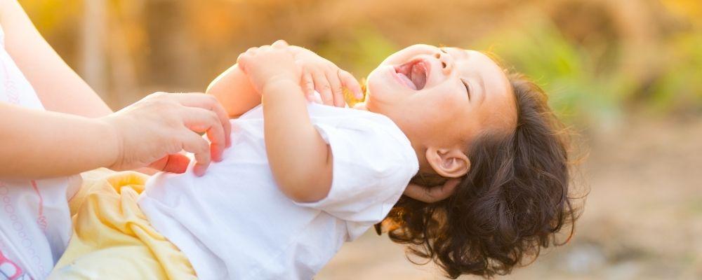 Kind lacht en voelt vlinders in buik