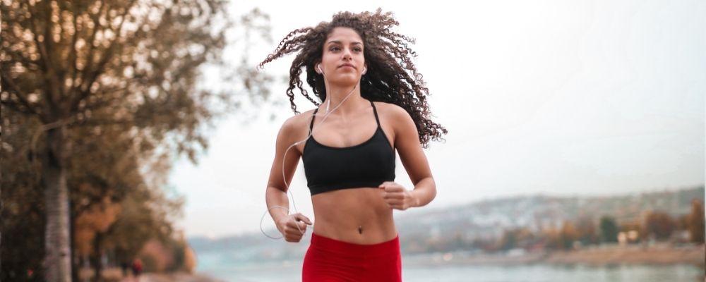 Vrouw die aan het hardlopen is