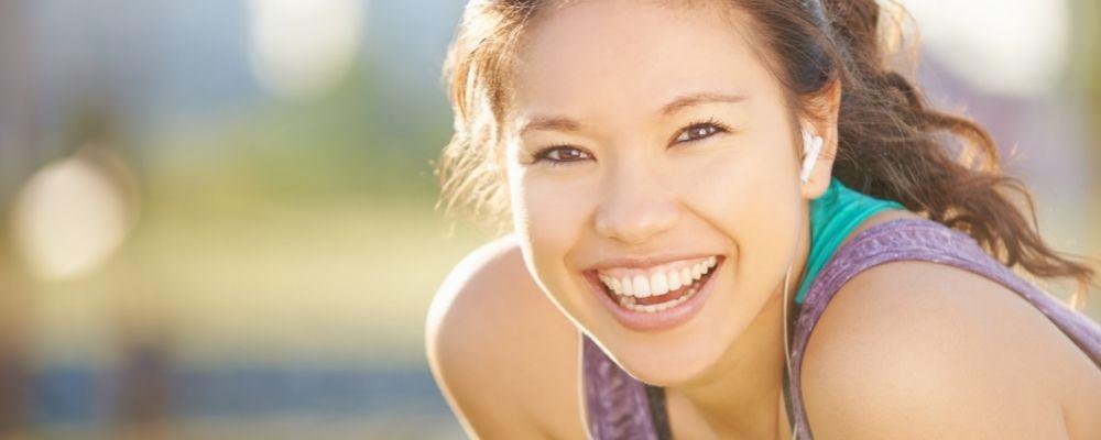 Vrouw lacht door de endorfine van bewegen